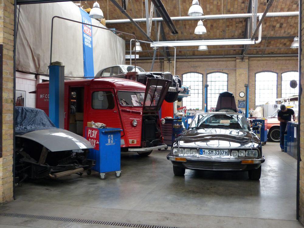 Transparente Werkstatt für Autos - Traumjob KFZ Mechatroniker