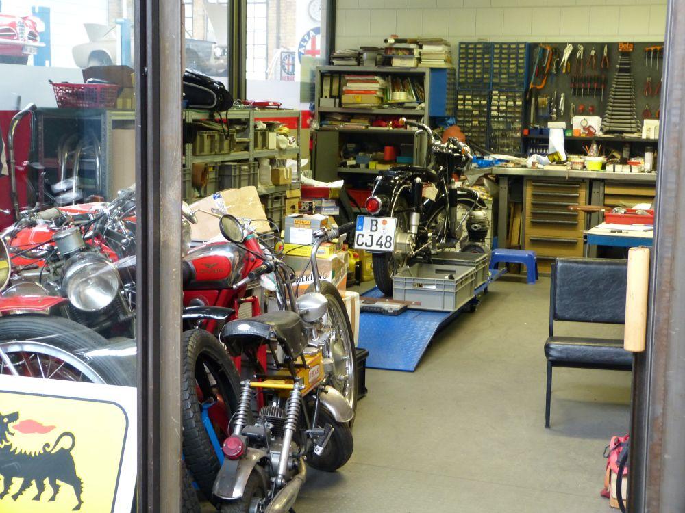 Transparente Werkstatt für Motorräder