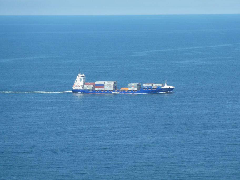 Ein Frachtschiff mit 12 Fach Zoom herangeholt