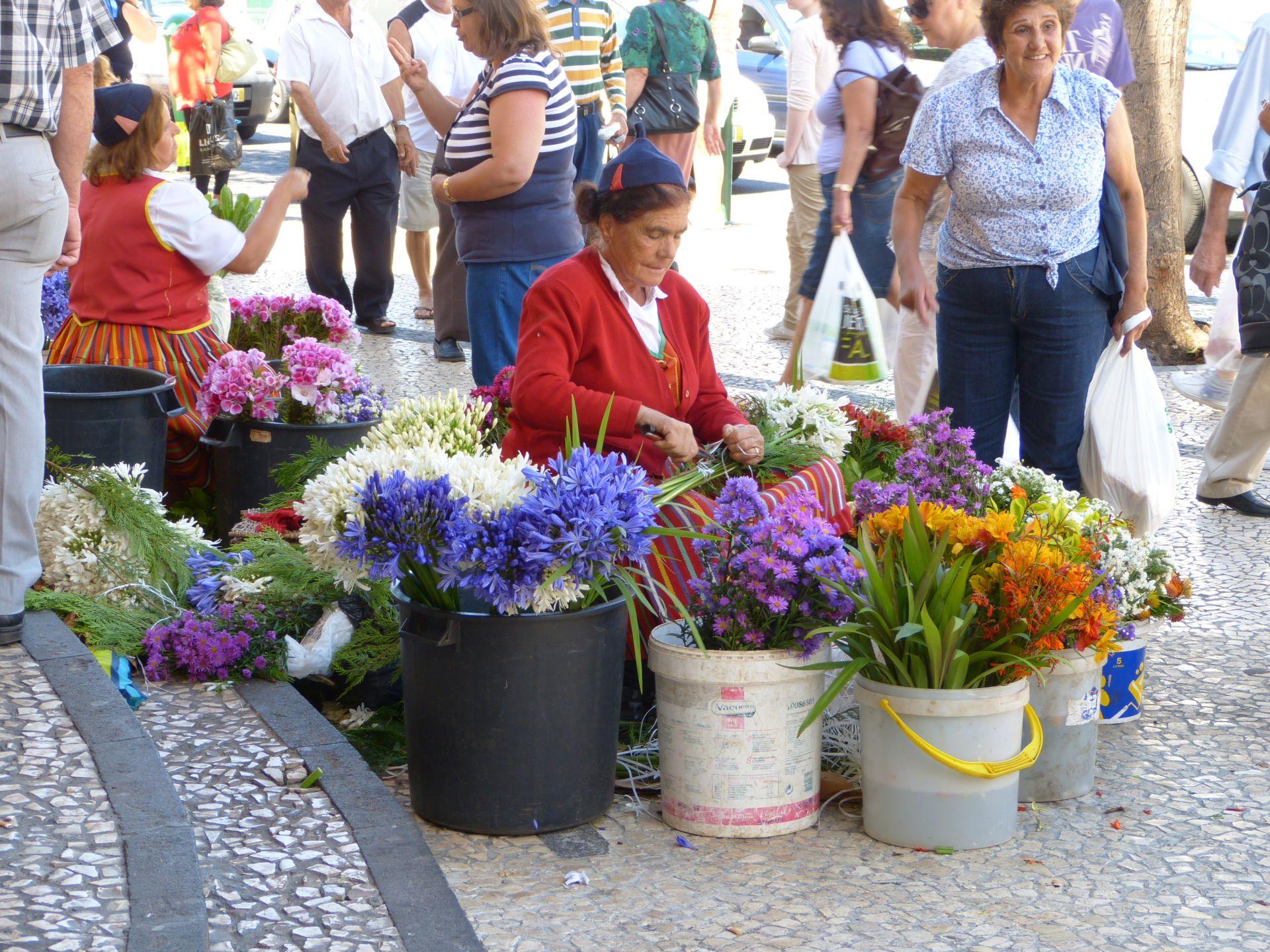 Blumenverkäuferin vor der Markthalle