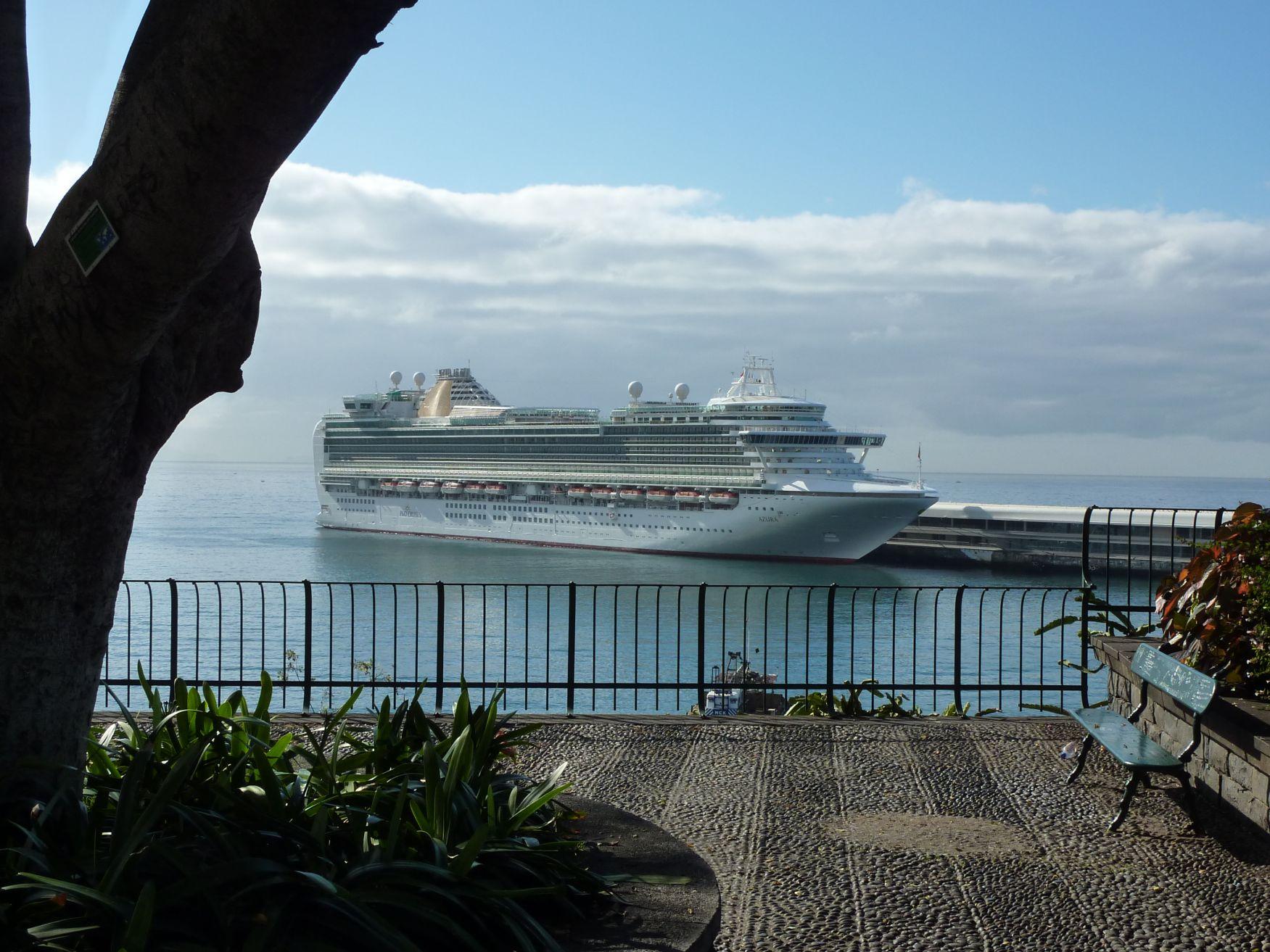 Blick auf die AZURA von der Küste