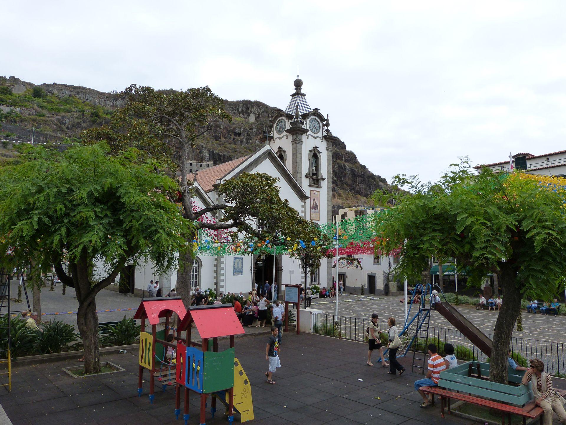 Blick auf die Kirche in Ribeira Brava