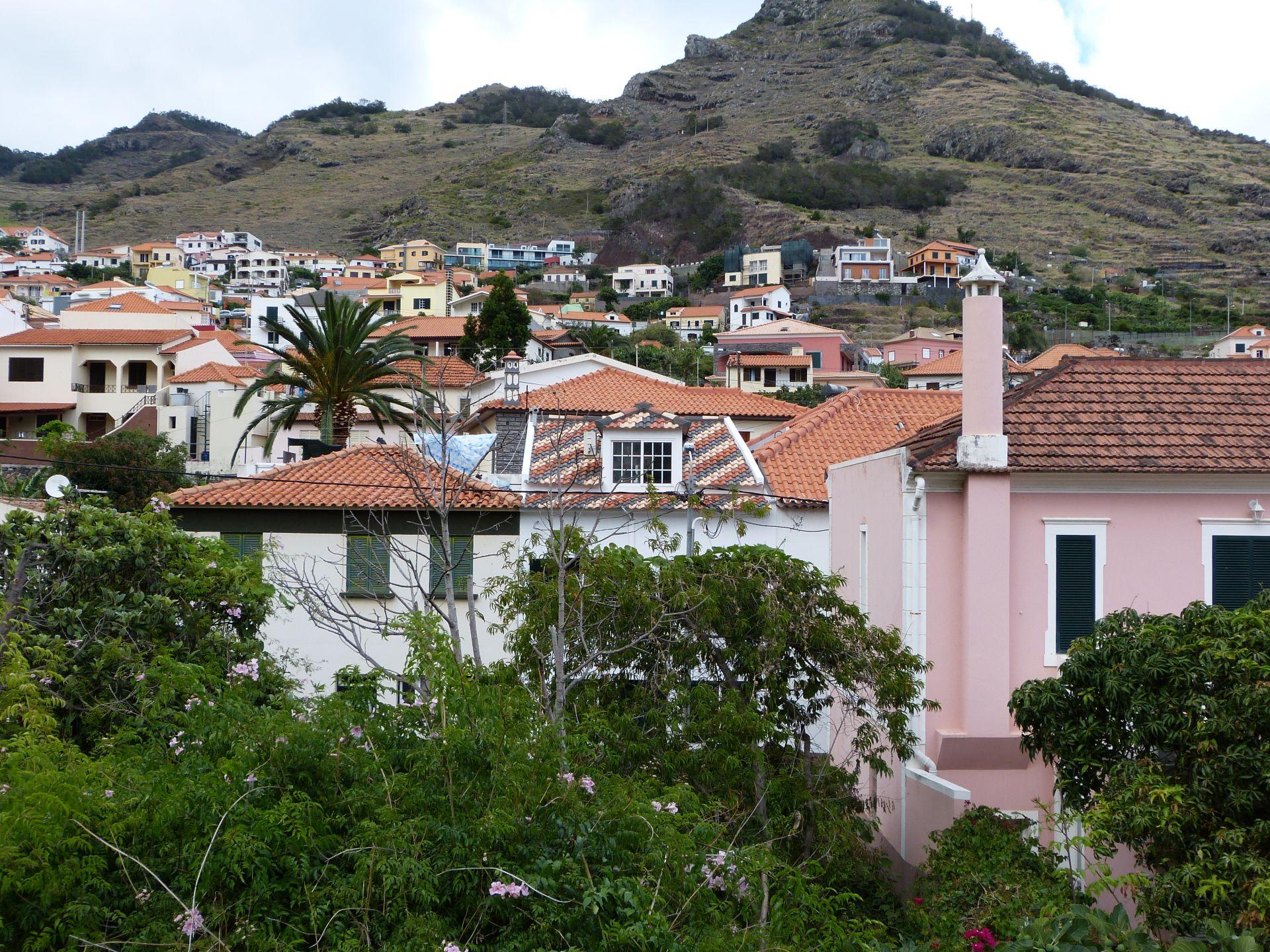Blick auf den Ort (Man beachte die schönen, bunten Dachziegel)