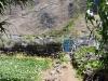 In den liebevoll angelegten Gärten am Fuß der Klippe