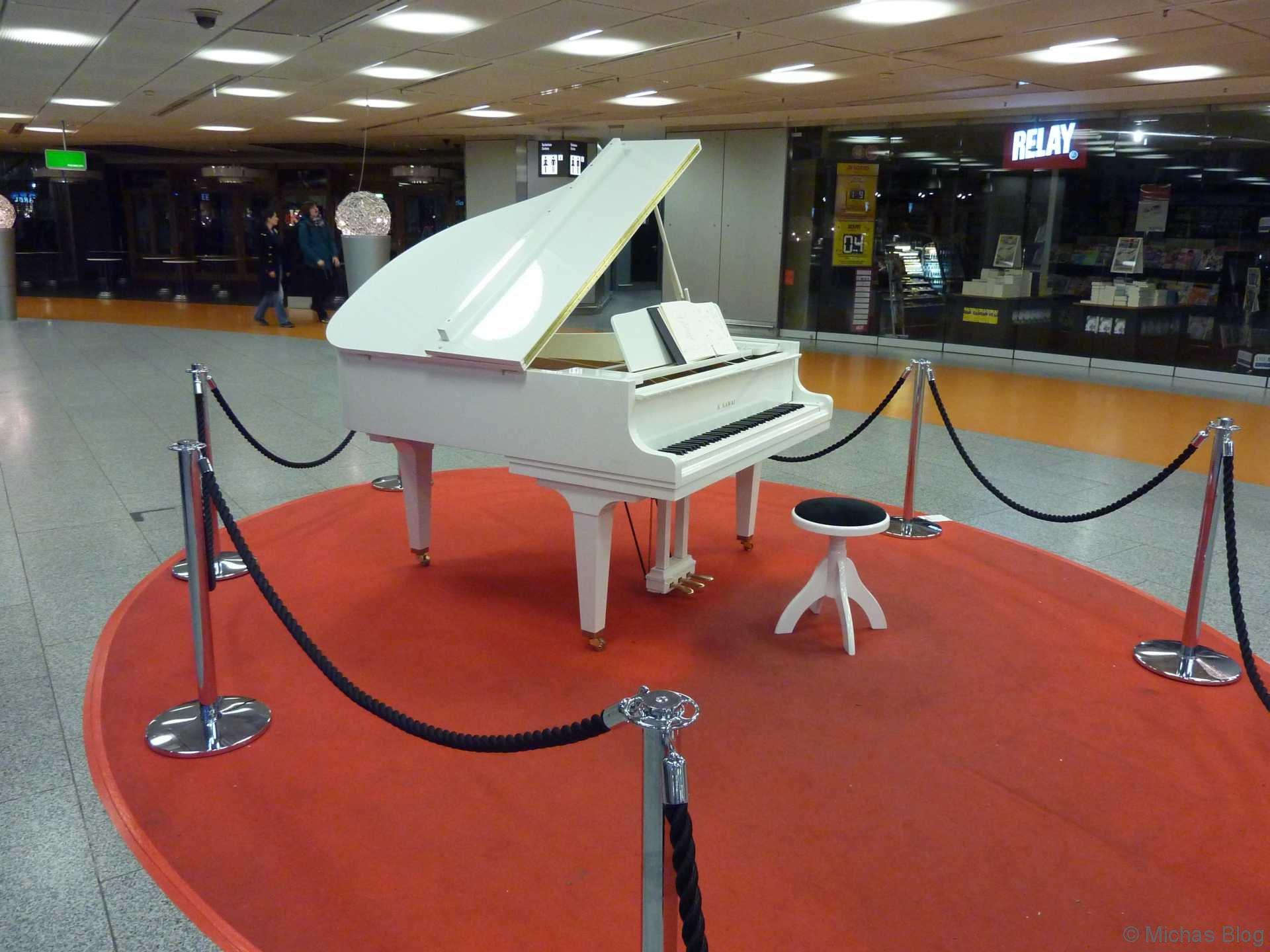 Eine Runde Klavier spielen am Flughafen