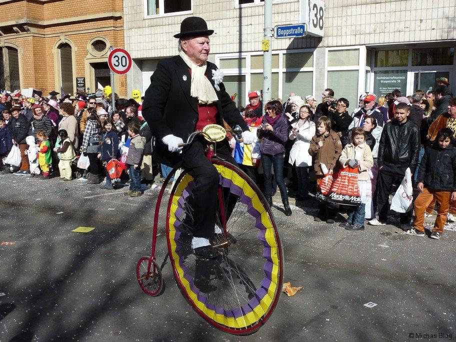 Der 72 Jährige Hochradfahrer