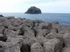 Klettern auf den Wellenberechern mit Felsen im Hintergrund