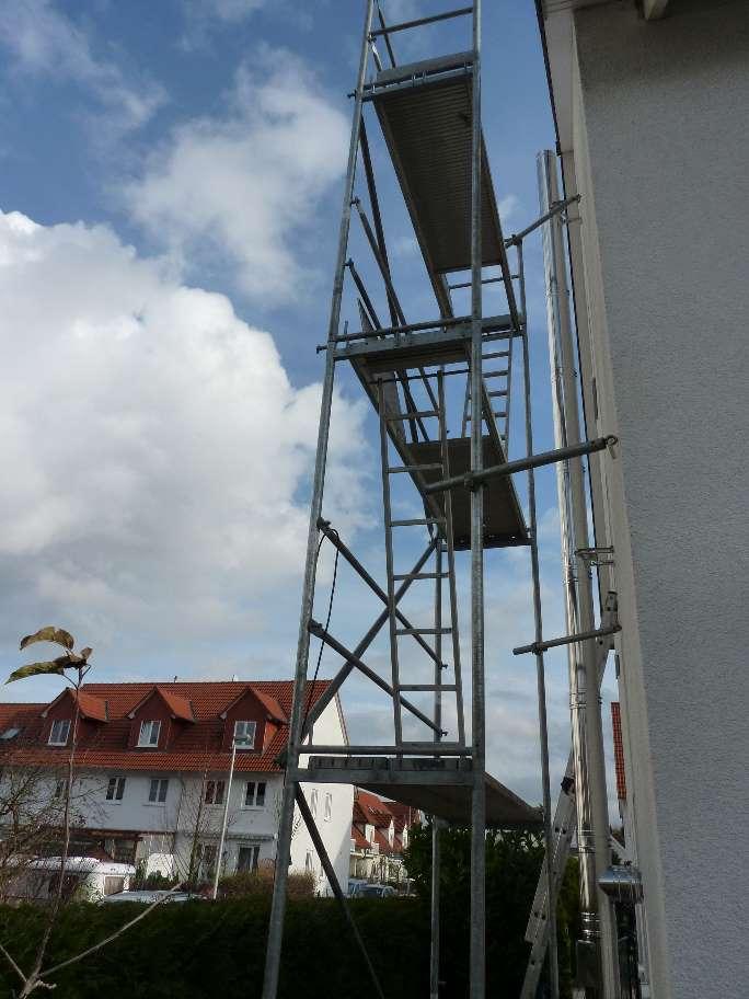 ... Aus Um Den Kamin Zu Montieren. Der Kaminbauer Stellte Ein Großes Gerüst  Auf Und Musste Sogar Noch Aufs Dach Steigen, Um Die Letzten Meter Zu Setzen.